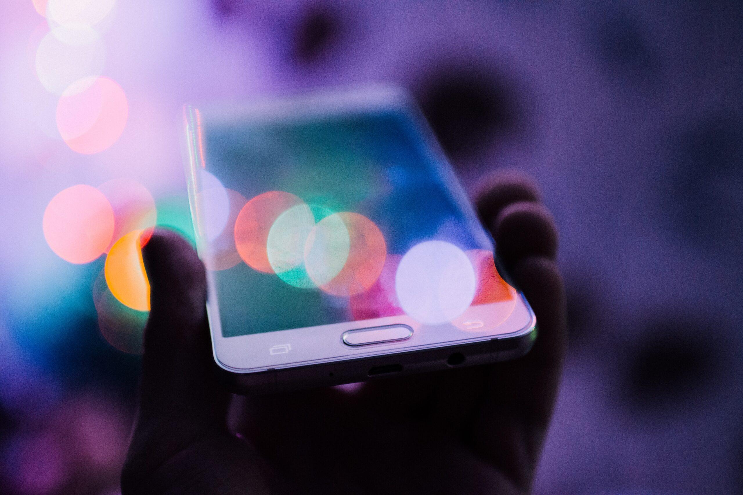 En mobil som symboliserar data som skickas till USA.